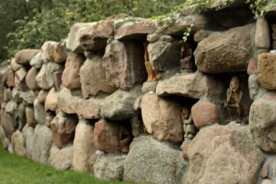 Rūpintojėlių siena (fragmentas)